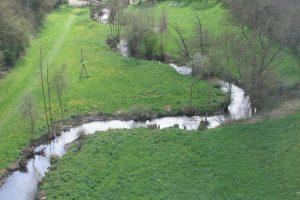 Le viaduc traverse la rivière