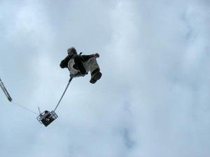 Roger pendant son saut elastique grue
