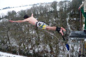 Saut à l'elastique sous la neige